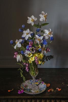 Весна на блюдце натюрморт стекло фарфор цветы нарциссы мускари