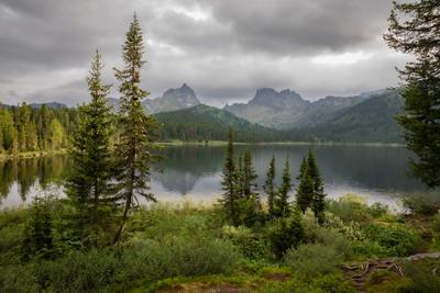 Озерцо с переменчивым настроением... Озеро Светлое тучи ели Ергаки Саяны лето