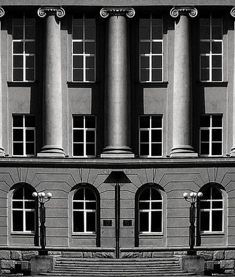 Фрагмент фасада здания архитектура фрагмент окна колонны экзерсис монохром