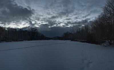 Смеркалось над озером застывшим...