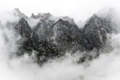 Мокрые скалы оз. Дарашколь Скалы горы алтай туман облака пейзаж пасмурно