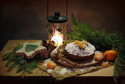 С рождественским кексом новый год рождество натюрморт выпечка кекс фонарик елка