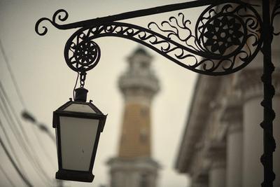 Кованый по эскизу Фурсова уличный фонарь на фоне пожарной каланчи фонарь каланча улица кострома