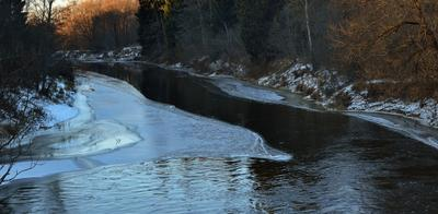 Дубна покрывается льдом