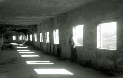 мысли заброшенное здание человек окно свет тень