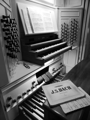 Скоро концерт орган музыка клавиши ноты рычаг кнопка скамейка концерт
