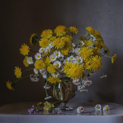 Одуванчики и маргаритки натюрморт стекло цветы одуванчики маргаритки