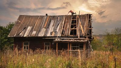 Осталась память и старенький мой дом.