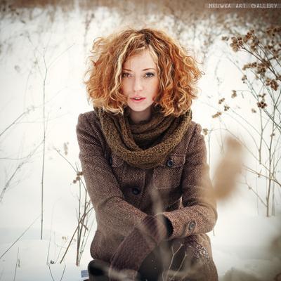*** девушка, поле, зима, рыжые волосы, кудрявые волосы, веснушки, пальто, текстура, стерня, взгляд