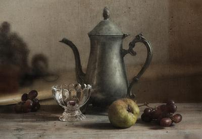Старый кофейник и груша