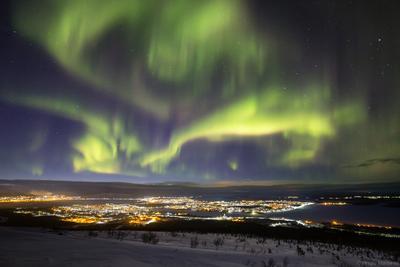 Закрытие сезона полярное северное сияние ночь город гора