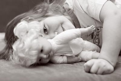 хитрулька девочка черно-белое фото кукла хитрый взгляд