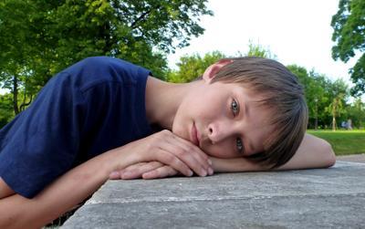 погляд (из серии `Лица`) мальчик парк мост взгляд