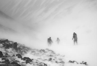прячутся выси за вьюжной стеной Горы Восточные Саяны пурга