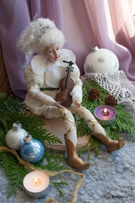 Новогодняя композиция (23) эльф натюрморт скрипка шарики новый год