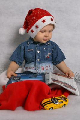 За чтением любимого журнала.. ребенок маленький читает смотрит журнал
