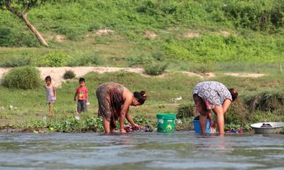 Постирушки на реке Рапти. Непал река Рапти женщины стирка крокодил