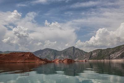 Скользящее Таджикистан вода облака горы глина
