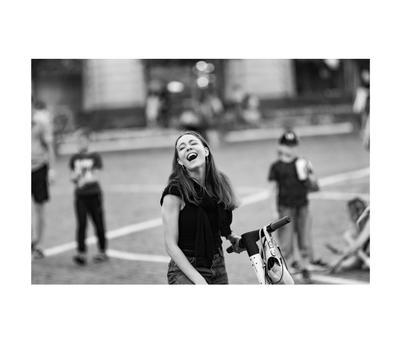 Смех девушка скутер самокат улыбка