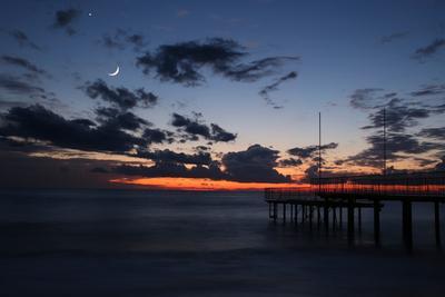 Лунный мостик море закат волны облака луна