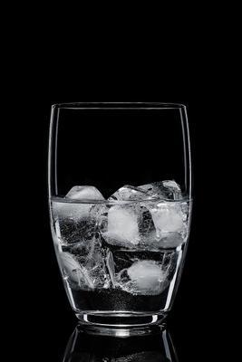 Стакан со льдом и водой