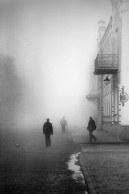 Жители затерянного города Город люди ч б плёнка Kodak улица туман балкон
