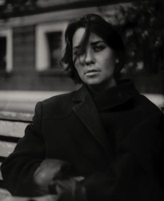 Портрет девушки в пальто фото на бумаге