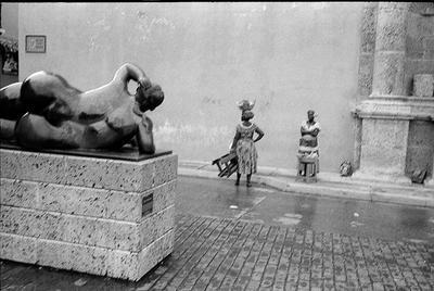 продажа фруктов у скульптуры ботеро