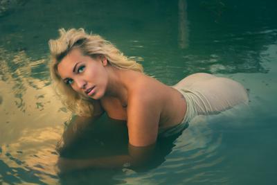 Русалка... вода девушка мокрая одежда