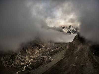 Парящие в облаках великканы Кавказ пейзаж Караугом