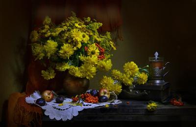 Пока горят огнем нетленным свечи... still life натюрморт фото сентябрь осень цветы золотые шары рябина яблоки чемодан
