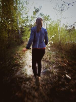 Лесная девушка девушка цветы вишня речка деревья