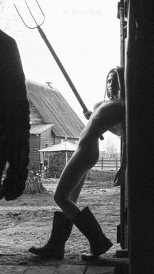 Скотница колхозница скотница деревня двор вилы девушка обнаженная нагая пастушка