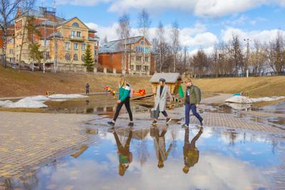 Весна идет Киров сквер весна город отражение