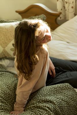 Маша девушка утро рассвет пробуждение солнечный свет спальня