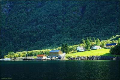 Берега Нероуфьорда 3 Норвегия, Нероуфьорд, поселок, солнечный свет