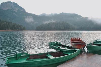 точка отсчета лодки озеро горы высота лес туман холодно путешествие