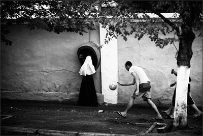 Стрит Подола девушка монашка телефон мяч футболист