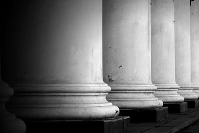 Этюд. Колонны (фрагмент) колонны архитектура фрагмент монохром этюд