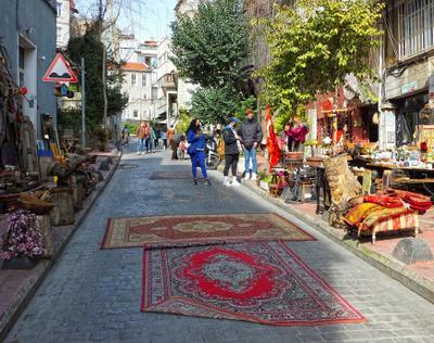 Так делают *старые*ковры)....Стамбул.