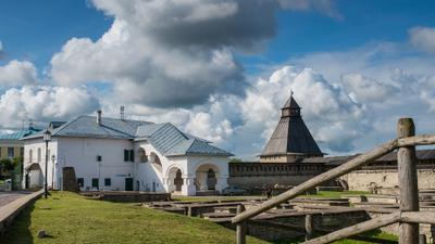 Виды Псковского Кремля. Псков Кремль Башня Палаты двор небо облака трава