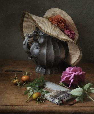 С розой и шляпкой