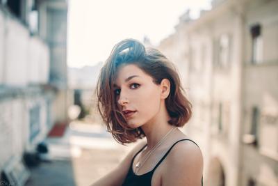 Ника в маленьком городе портрет девушка город взгляд карие глаза молодость