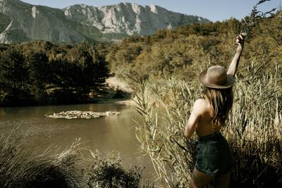*** озеро вулкан горы портрет живописно лес деревья природа девушка шляпа