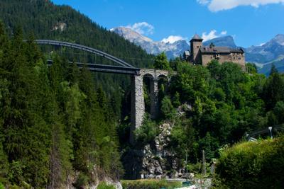 Австрия. Замок Вейсберг автрия горы замок дорога мост Scloss Wiesberg путешествия