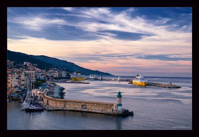 Вечер в порту корсиканской Бастии, или большому кораблю небольшое плаванье Корсика, порт, Бастия, пейзаж