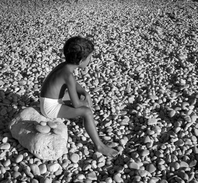 мыслитель ребенок камни