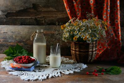 Молоко с малиной деревенский малина молоко цветы луговые завтрак полдник