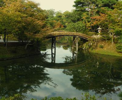 Мостики через узкоскости пруда в садике виллы Кацура-рикю в Киото Вилла ландшафт дизайн 17 век Киото