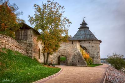 Покровская башня Псков осень река Кремль Башня